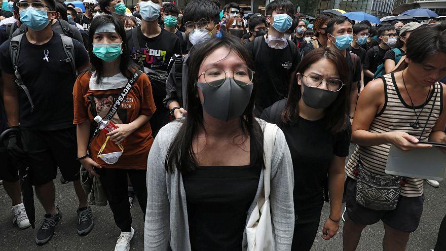 Des manifestants devant le quartier général de la police