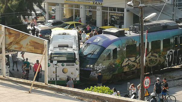 Σύγκρουση λεωφορείου με συρμό του προαστιακού στη Λιοσίων