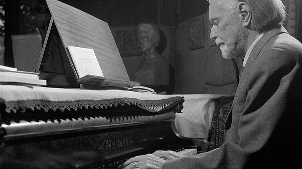 Kodály Zoltán otthonában zongorázik 1962 szeptemberében
