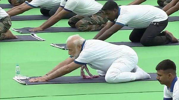 شاهد: رئيس الوزراء الهندي يظهر قدراته على ممارسة اليوغا