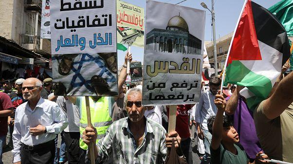 محتجون أردنيون يرردون هتافات في مسيرة في العاصمة عمان للاحتجاج على خطة واشنطن للسلام يوم الجمعة