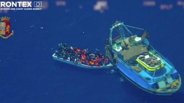 """Migranti: polizia italiana svela il sistema della """"nave madre"""""""