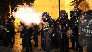 عناصر من الشرطة في تبليسي خلال احتجاج ضدّ زيارة نائب روسي البلاد