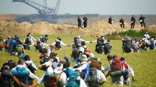 Klimaproteste - Demonstranten durchbrechen Absperrungen in den Tagebau