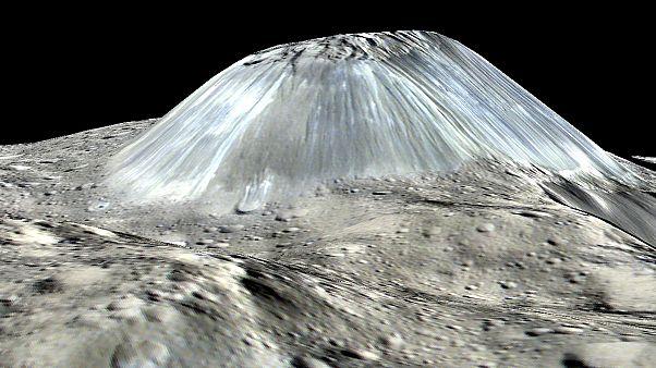 صورة جانبية لجبل أهونا نشرتها إدارة الطيران والفضاء الأميركية (ناسا)