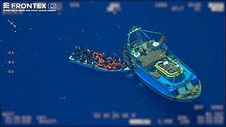 Images de Frontex : le bateau de pêche et la petite embarcation au large de Lampedusa