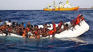 Detienen a siete traficantes de migrantes después de ser grabados in fraganti en el mar