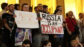 "Protestocular ""Rusya bir işgalci"" yazan pankartlar taşıdı"
