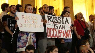 Γεωργία: Χιλιάδες πολίτες στους δρόμους