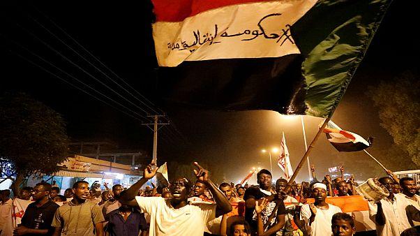 محتجون سودانيون في العاصمة الخرطوم يوم الجمعة