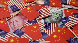 أعلام صغيرة للولايات المتحدة الأمريكية والصين