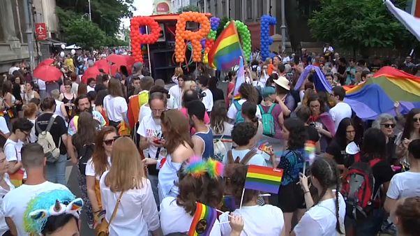 Miles de personas se manifiestan por la diversidad sexual en el día del Orgullo LGTB en Rumanía