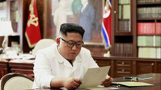 صورة نشرتها وكالة الأنباء المركزية الكورية لما تقول إنها رسالة ترامب بيد الزعيم كيم جونغ أون