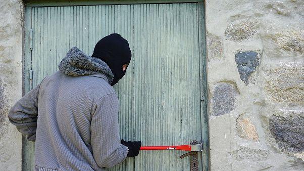 مشهد تمثيلي لجريمة سطو على أحد المنازل