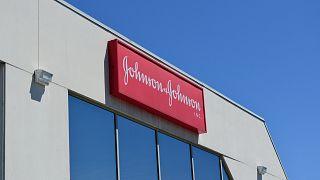 واجهة أحد مباني مكاتب جونسون آند جونسون في الولايات المتحدة