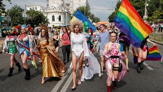 مشاركون في المسيرة بكييف
