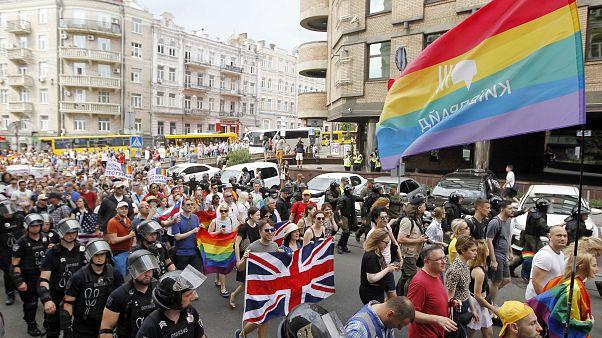Marcha do orgulho gay pacífica em Kiev
