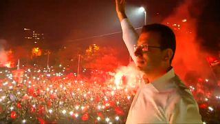 """فيديو: جمهور المعارضة في إسطنبول يحتفل """"بالفوز التاريخي"""" على إردوغان"""