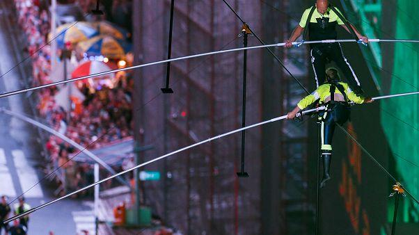 """400 Meter: """"Flying Wallendas"""" überqueren den Times Square in luftiger Höhe"""