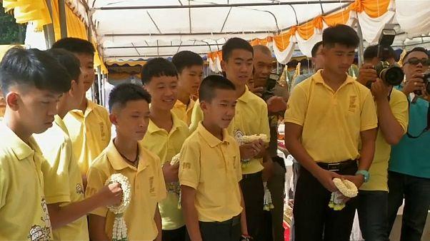 """""""فتية الكهف"""" التايلانديون يؤسسون فريق كرة قدم جديد بعد عام من إنقاذهم"""