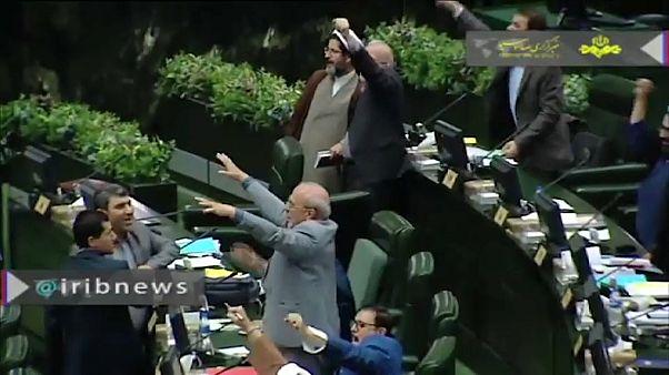 """نواب إيرانيون يرددون هتاف """"الموت لأمريكا"""" في البرلمان"""