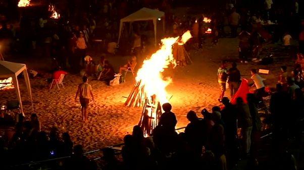 Las hogueras iluminan la noche más corta en España