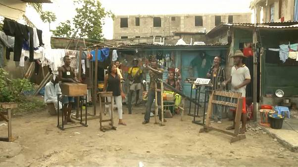 DR Kongo: Band spielt mit Instrumenten aus Müll