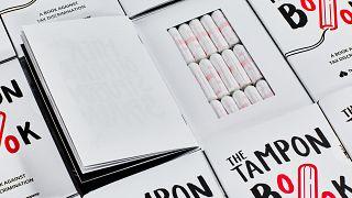 """Tampones escondidos en libros para protestar contra el """"impuesto de la regla"""" en Alemania"""