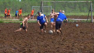 Un campionato di calcio nel fango