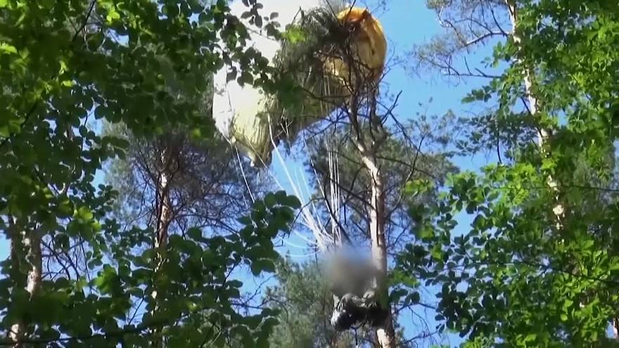 Ein Pilot konnte sich mit dem Schleudersitz retten. Er landete mit seinem Fallschirm in einer Baumkrone.