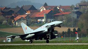 Almanya'da eğitim uçuşu yapan iki savaş uçağı çarpışarak düştü, pilotlar paraşütle atlamayı başardı