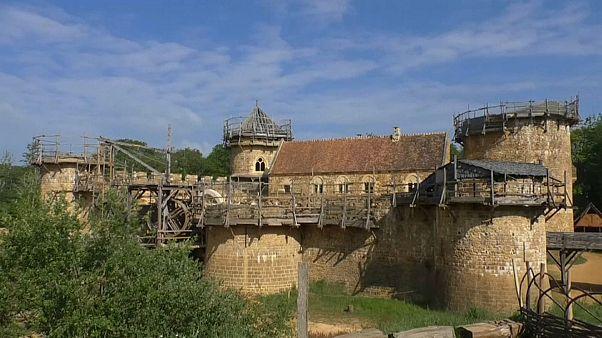 هل تكون قلعة غويديلون الفرنسية مفتاح نجاح إعادة بناء كنيسة نوتردام؟