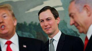 جاريد كوشنر يتوسط الرئيس الأمريكي دونالد ترامب ورئيس الوزراء الاسرائيلي بنيامين نتنياهو