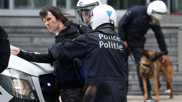 الشرطة البلجيكية أثناء القبض على متظاهر في بروكسل