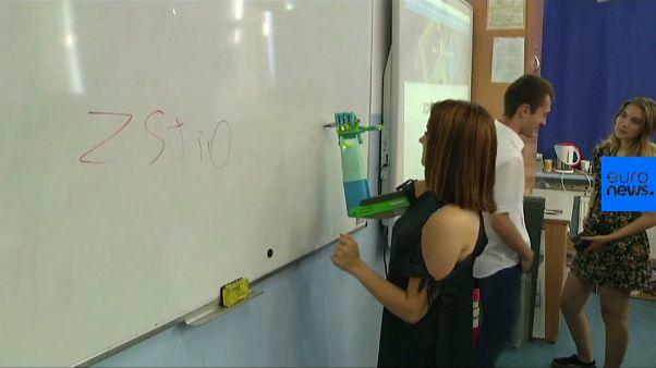 VIDEO | Diese angehende Mechanikerin bekommt eine Armprothese von ihren Mitschülern