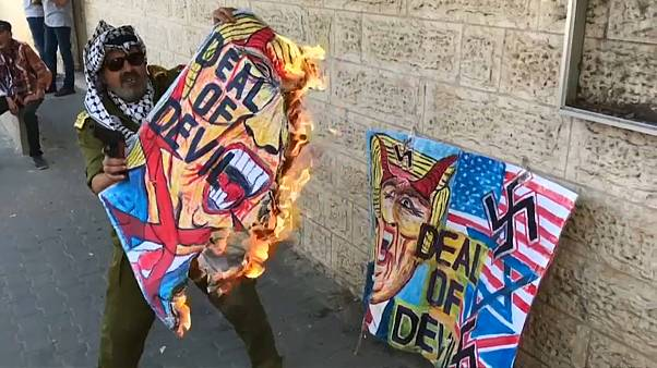 فلسطيني يحرق صورة لترامب