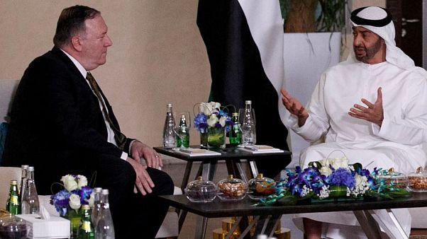 وزير الخارجية الأمريكي مايك بومبيو (الى اليسار) وولي عهد أبوظبي الشيخ محمد بن زايد في أبو ظبي