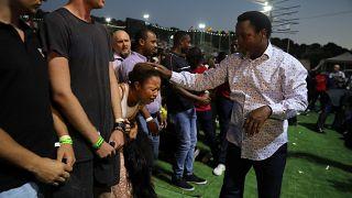 التأثر الشديد يبدو على امرأة بعد ان وضع القس النيجيري الشهير تي.بي. جوشوا يده عليها في الناصرة يوم 23 يونيو حزيران 2019