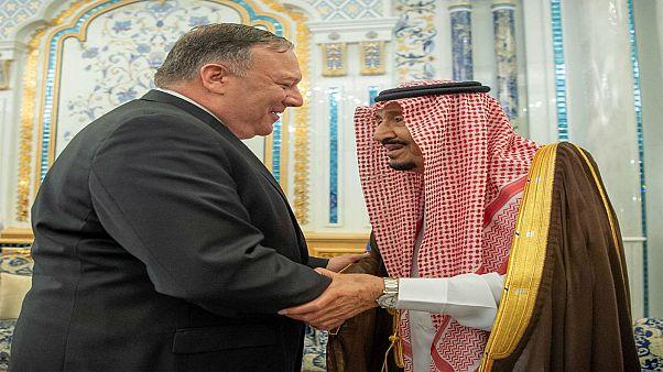 العاهل السعودي الملك سلمان بن عبد العزيز يصافح وزير الخارجية الأمريكي مايك بومبيو في جدة يوم الاثنين.