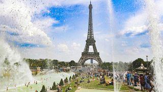 Az emberek a párizsi Trocadero szökőkútjainak vizében hűsölnek 2018. augusztus 7-én
