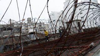 شخاص يمشون على سطح المركز الوطني لإعادة التأهيل حيث هرب روكو مورابيتو خلال الليل بينما كان ينتظر تسليمه إلى إيطاليا