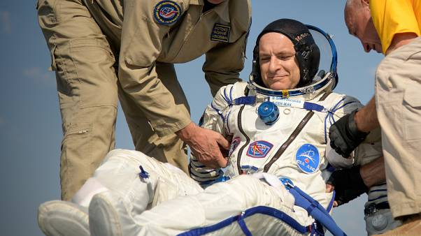 حمل رائد الفضاء الكندي ديفيد سان جاك إلى خيمة طبية بعيد هبوط مركبة سويوز أم أس 11 الفضائية قرب مدينة دزيزكازغان.