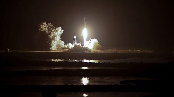 اطلاق صاروخ سبيس إكس فالكون هيفي من مركز كنيدي الفضائي في فلوريدا حاملا 24 قمرا صناعيا تجريبيا.