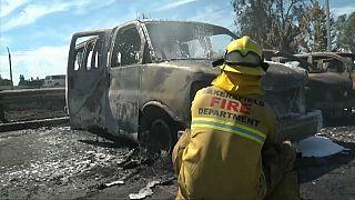 رجل إطفاء يتدخل لاخماد نيران نشبت في سيارات في بيكرزفيلد.