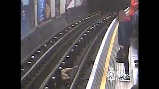 السجن مدى الحياة لرجل دفع ورمى مسناً على مسار قطار الأنفاق في لندن