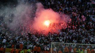 شماريخ أشعلها مناصرون جزائريون أثناء مباراة الجزائر- كينيا في نهائيات كأس الأمم الإفريقية بالقاهرة