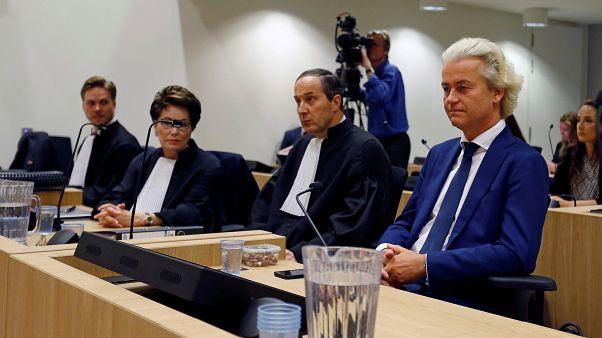 اليميني المتطرف الهولندي خيرت فيلدرز (يمين) في قاعة محكمة في أمستردام. تصوير: إيفا بلفير