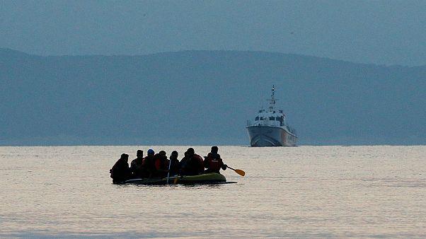 قارب يحمل مهاجرين قبالة السواحل الإيطالية