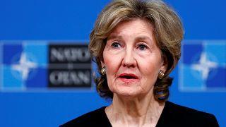 سفيرة الولايات المتحدة لدى حلف شمال الأطلسي كاي بيلي هتشيسون تتحدث لوسائل الإعلام في بروكسل يوم 2 أكتوبر تشرين الأول 2018.