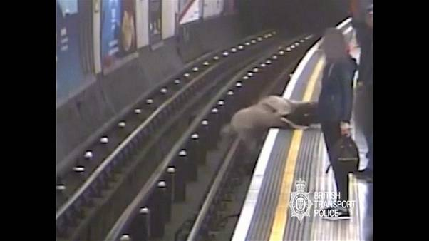 90 éves embert lökött a sínekre a londoni metróban, életfogytiglant kapott